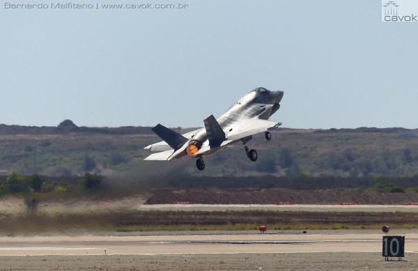 A aguardada apresentação do caça furtivo Lockheed Martin F-35B Lightning II do Corpo de Fuzileiros Navais dos EUA.  (Foto: Bernardo Malfitano / Cavok)