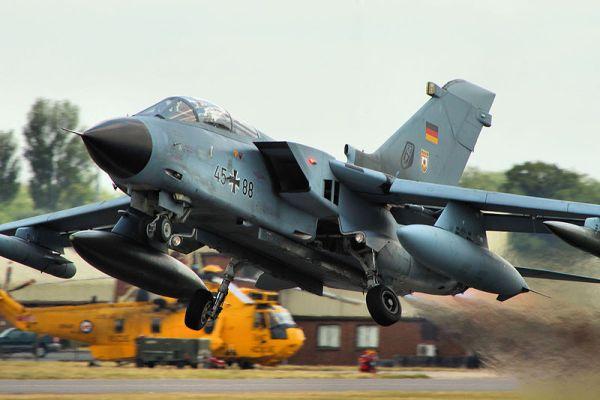 Jatos de combate Tornado da Força Aérea Alemã tiveram suas operações de voo suspensas pela falta de um parafuso no cockpit traseiro. (Foto: Airwolfhound)