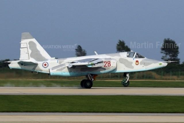 """Apoio Aéreo O Sukhoi Su-25 """"Frogfoot"""" é a aeronave de apoio aéreo aproximado da Coreia do Norte. Os jatos rápidos estavam em estado impecável e foram recentemente pintados com o novo esquema cinza/azul. Os Su-25 não mostram evidência de melhoramentos locais ou modernização. Ao todo, a Coreia do Norte recebeu 34 unidades, mas não está claro quantos estão operacionais."""