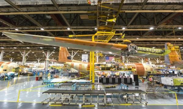 Asa do LM-100J sendo montada. Foto: Lockheed Martim/Todd R. McQueen
