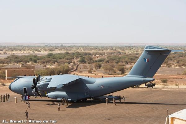 O A400M da Força Aérea da França visto em operação em Mali. (Foto: Armée de L'Air)