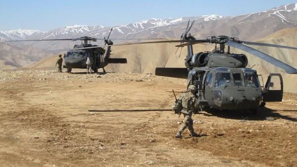 Helicópteros Black Hawks durante operação no Afeganistção em 2011.(Foto: U.S. Army Corps of Engineers via Flickr)