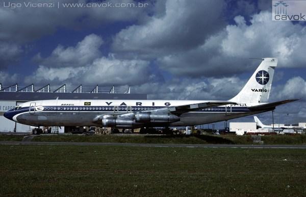 A aeronave da Varig Boeing 707-345C, prefixo PP-VJX, vista em Miami em 1979. (Foto: Ugo Vicenzi / Arquivo pessoal Marcelo Magalhães / Cavok)