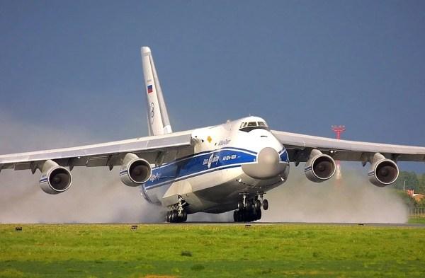 Uma aeronave An-124-100 em operação com a companhia Volga-Dnepr.