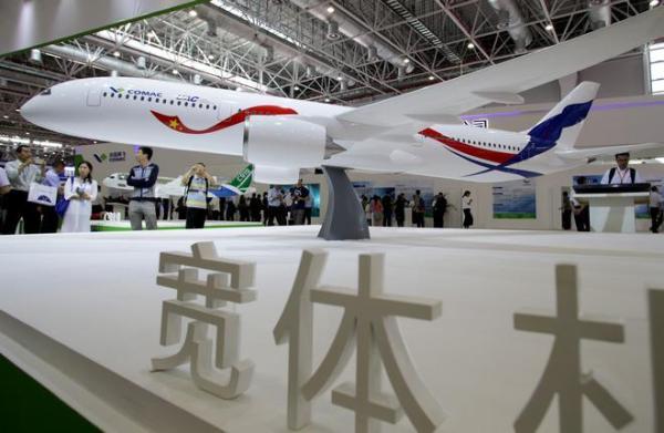 A maquete da nova aeronave widebody que está sendo desenvolvida em conjunto entre a Rússia e a China foi apresentada no China Airshow em Zhuhai.