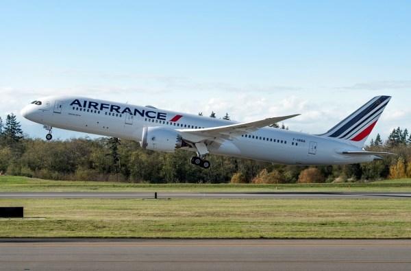 O primeiro 787 Dreamliner da Air France, um 787-8, decola de Everett no dia 30 de novembro de 2016. (Foto: Boeing)