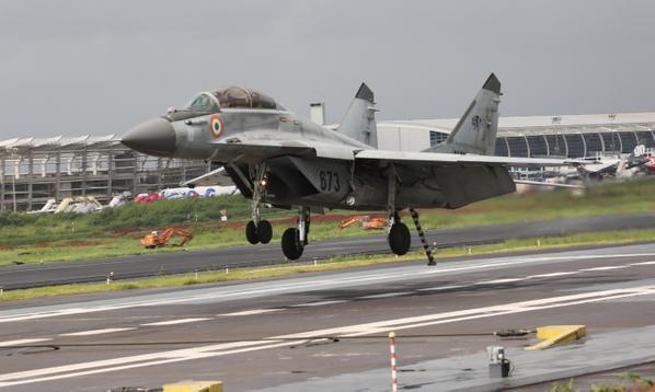 Indian Navy MiG 29K operations with STOBAR at Goa 3 - Marinha da Índia abre competição para compra de novo caça embarcado