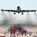 Caça Su-30 chines voa invertido sobre avião WC-135 dos EUA