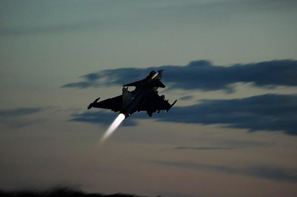 gripen night flying air exercise 2015 3 600x399 - Acordo entre Boeing e Embraer poderá afetar programa do Gripen para FAB