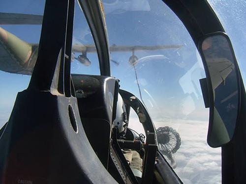 1107201824 - MARINHA: Esquadrão VF-1 realiza reabastecimento em voo com a primeira aeronave AF-1C modernizada