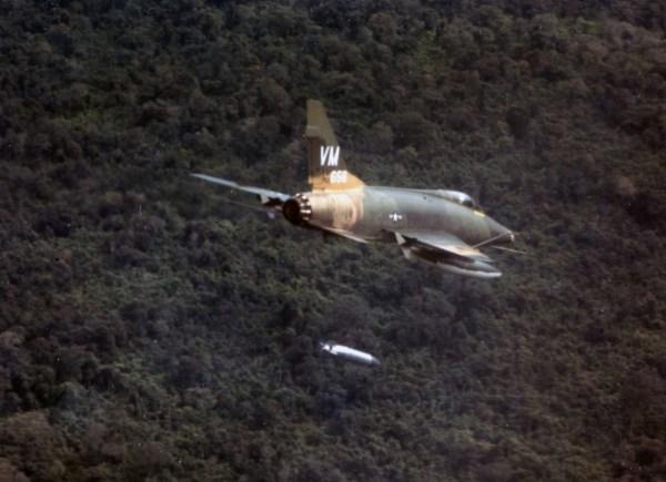 """F 100 2 600x435 - GUERRA DO VIETNÃ: O F-100 Super Sabre e as perigosas missões CAS """"Night Owl"""""""