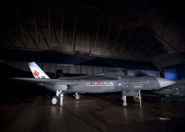 F 35 RCAF Mockup 600x428 - Canadá segue participando do programa F-35, mas lançará competição para novo caça
