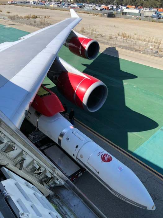 "virgin orbit launcher one 12 525x700 - IMAGENS: LauncherOne é fixado sob a asa do Boeing 747 ""Cosmic Girl"" da Virgin Orbit"