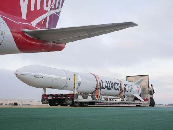 "virgin orbit launcher one 7 600x450 - IMAGENS: LauncherOne é fixado sob a asa do Boeing 747 ""Cosmic Girl"" da Virgin Orbit"