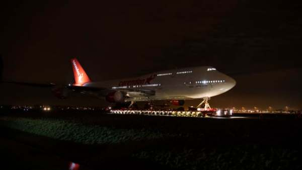 Corendon 747 Schipol 600x338 - IMAGENS: Boeing 747-400 aposentado cruza estradas para virar atração em hotel na Holanda
