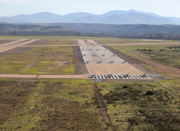"""Hornet Elephant Walk 3 600x438 - IMAGENS: USMC realiza """"Elephant Walk"""" com aeronaves Hornets em Miramar"""