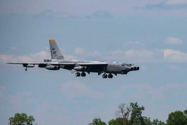 190514 F YH293 1023 600x400 - IMAGENS: USAF recoloca em voo um segundo B-52H que estava armazenado no deserto