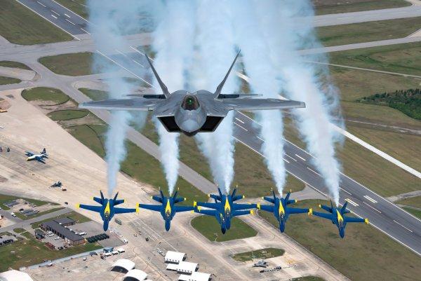 58698477 2866756996675752 7727754834002051072 o 600x401 - IMAGENS: Raptor e Blue Angels realizam voo em formação sobre a Carolina do Sul (EUA)