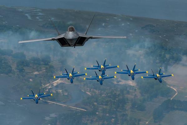 F 22 Blue Angels2 600x401 - VÍDEO: Bastidores do histórico voo em formação do F-22 Raptor Demo Team com os Blue Angels