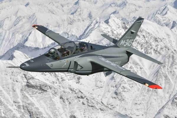 M 345 170307 0276 01 600x400 - Leonardo promove o jato M-345 para a equipe canadense Snowbirds