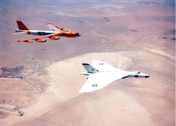 """B 52 Avro Vulcan 696x497 600x428 - """"Projeto E"""" e a cooperação entre USAF e RAF durante a Guerra Fria"""