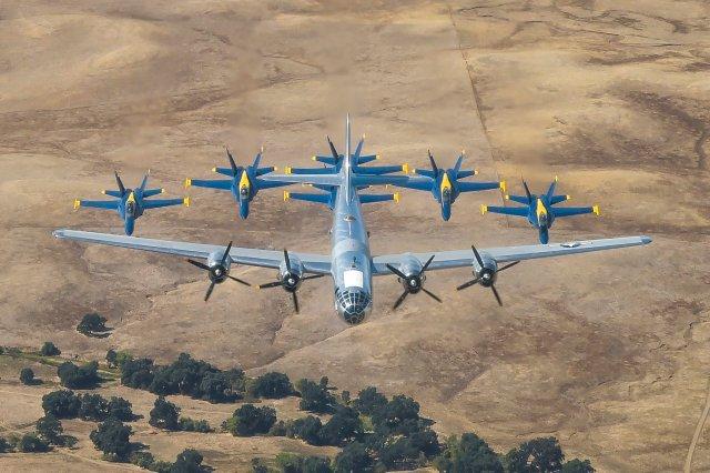 """EGEB4GHUUAA7nkq - IMAGENS: Blue Angels realiza voo em formação com o bombardeiro B-29 """"Doc"""""""