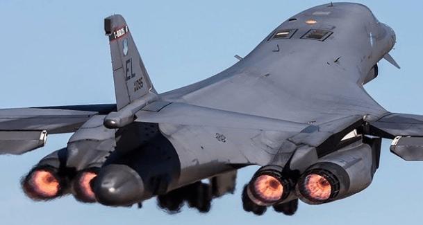 EHXdaEmUYAENj2k - USAF implanta bombardeiros B-1 Lancer na Arábia Saudita