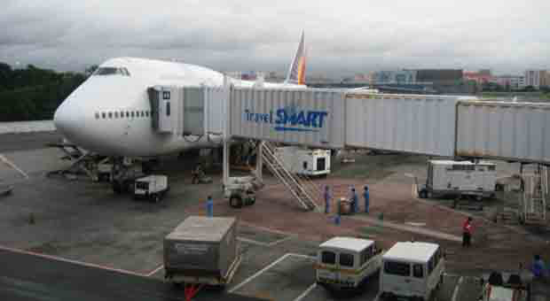 2016_1203_pal-plane-on-ramp.  A Philippine Airline plane loading cargo, passenger baggage