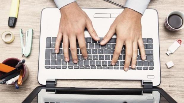 Homme tapant sur un clavier d'ordinateur