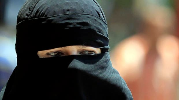 An Ontario judge ruled today that a woman accusing two family members of molesting her as a child must remove her face veil during testimony.