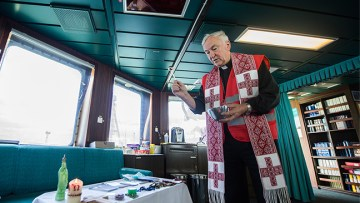 Cardinal Nichols salutes the work of Apostleship of the Sea in visit to Tilbury Port