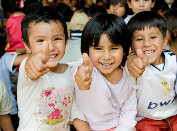 Photo of Bolivian children giving thumbs ups