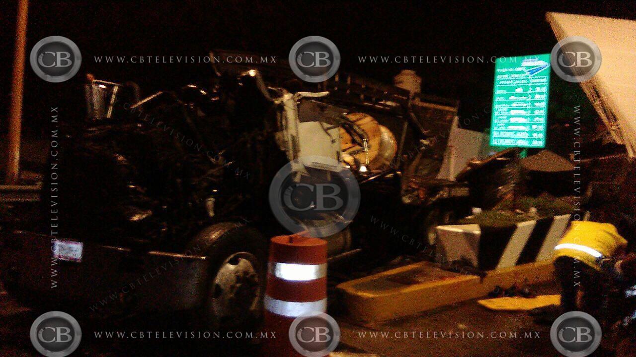 Camión se queda sin frenos e impacta caseta en Michoacán