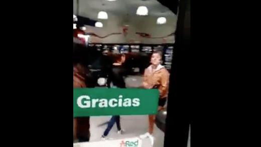 Video: Les niegan venta de cerveza a tres jóvenes y éstas dañan la tienda