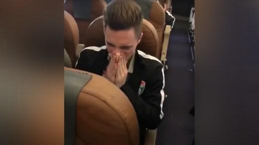 Video: Futbolista causa indignación por sonarse lanarizcon billete de alta denominación
