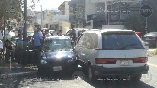 Choque de autos deja dos lesionados en el Boulevard García de León