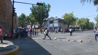 Con piedras, docentes cierran vialidades en Morelia