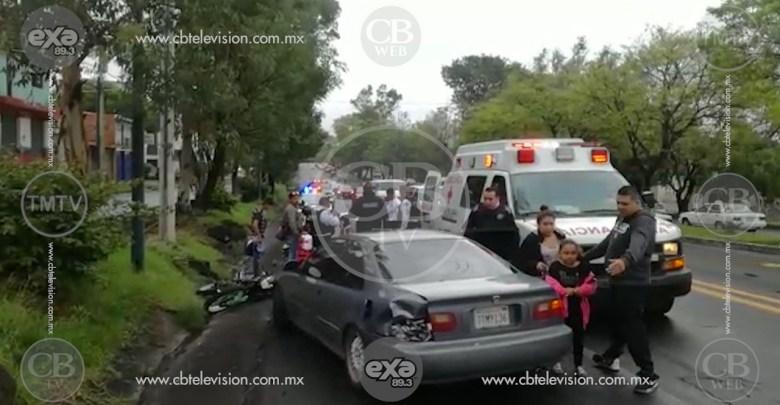 Motociclista termina en el asfalto al chocar contra un auto