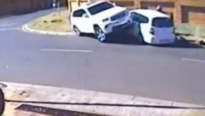 Intentan amenazar a una mujer y a su hija con pistolas, con esta maniobra ella les pasa la camioneta encima