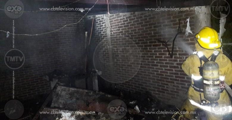 Elementos de la ABEM combaten incendio de casa en Uruapan