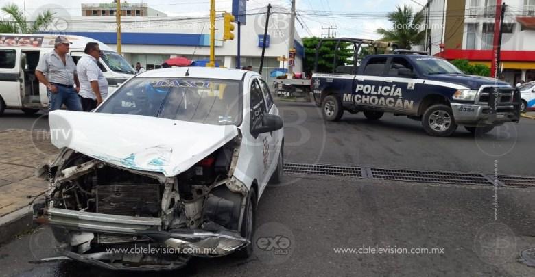 Cuatro policías heridos en choque-volcadura de taxi contra patrulla