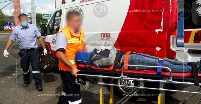 Camioneta huye al impactar a motocicleta en la Huerta; deja 2 mujeres heridas