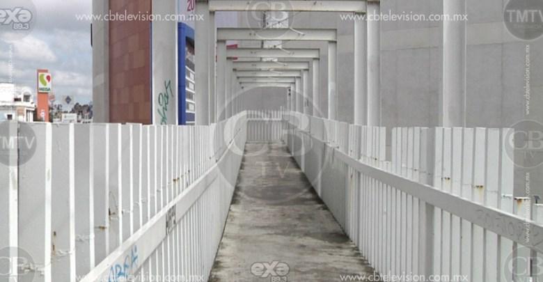 Peatones prefieren arriesgarse a ser atropellados, a que los asalten en el puente peatonal
