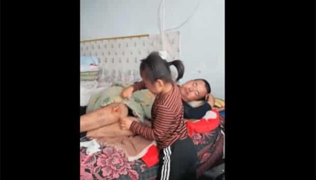 Niña de 6 años cuida a su padre parapléjico, tras abandono de madre