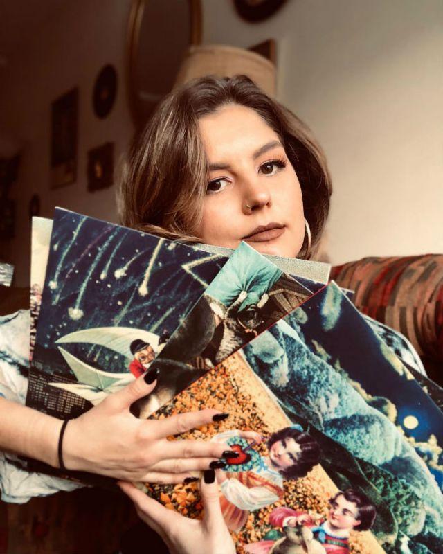 caro tenant plusieurs disques vinyles