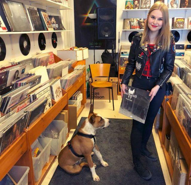tanja et son chien dans son magasin de vinyles