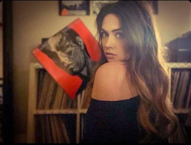 Alexandra tenant un vinyle rouge