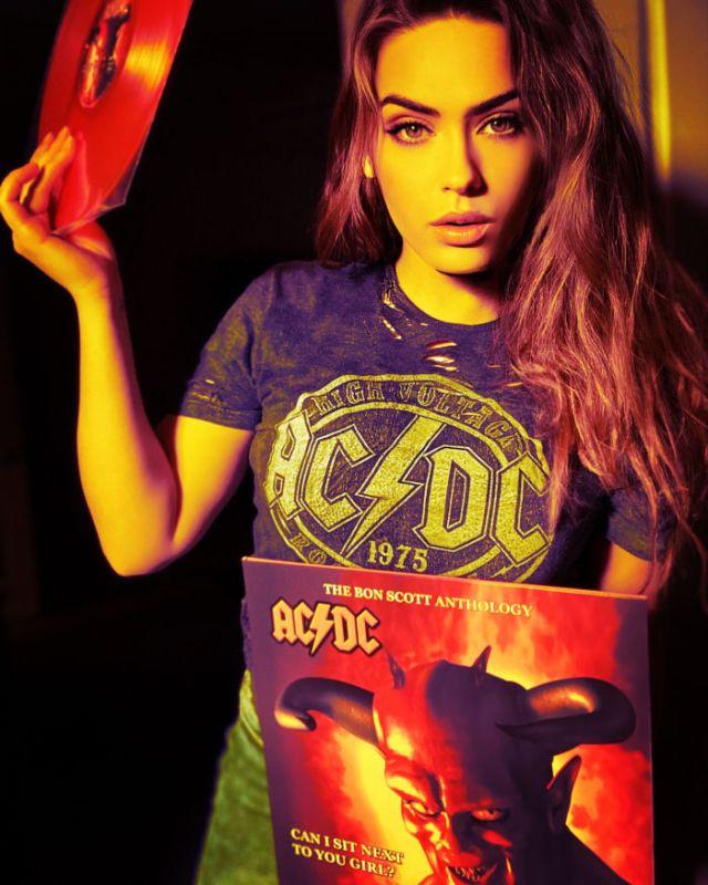 Alexandra tenant un vinyle d'ac-dc width=