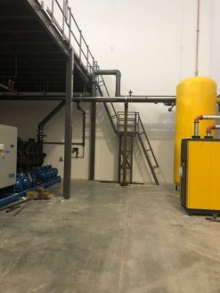The mezzanine accommodated existing building facilities, like pipes.