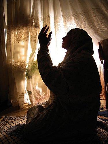 femme priere nuit